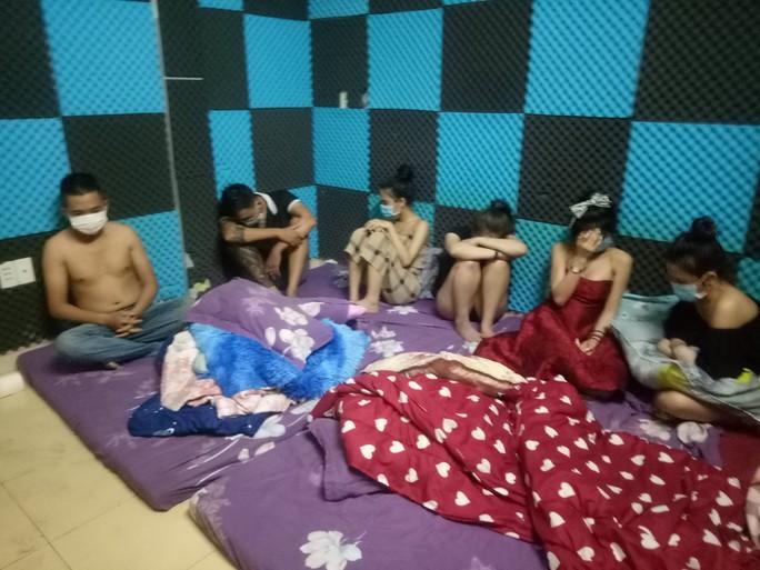 35 nam nữ tụ tập trong nhà nghỉ, bất chấp giãn cách theo Chỉ thị 16 - Ảnh 1.