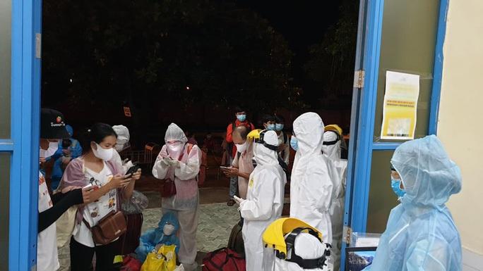 Huế ra Quảng Trị đón những người trở về từ TP HCM bằng tàu lửa - Ảnh 1.