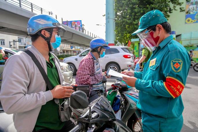 Nóng: 31 đối tượng được cấp giấy đi đường tại TP HCM từ 0 giờ ngày 23-8 - Ảnh 1.