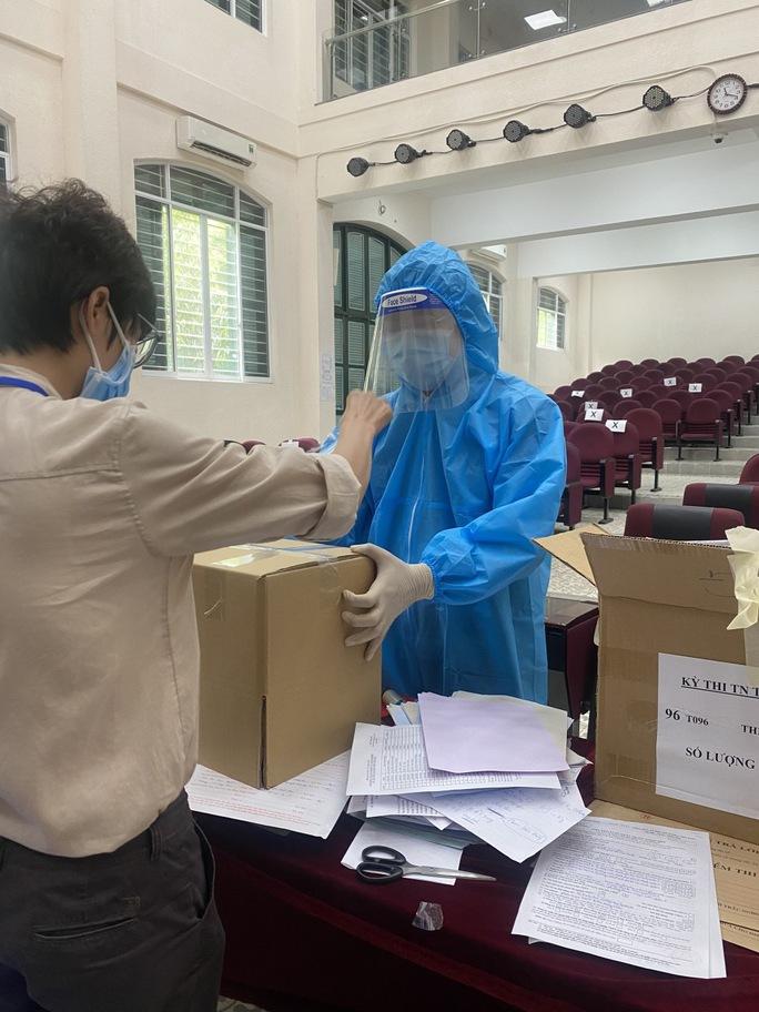 """Những giây phút """"thót tim"""" tại điểm thi Trường THPT Lê Quý Đôn - nơi có thí sinh F0 - Ảnh 1."""