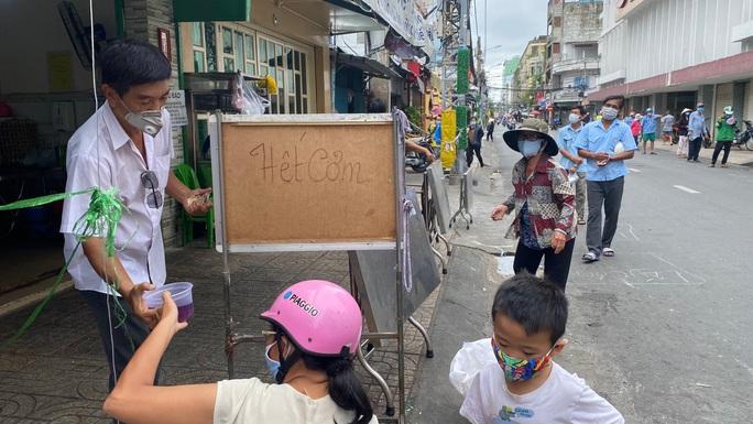 Đặc tả quán cơm Xã Hội Nụ Cười 1 trên đường Trần Hưng Đạo, quận 5 ngày đầu giãn cách - Ảnh 4.