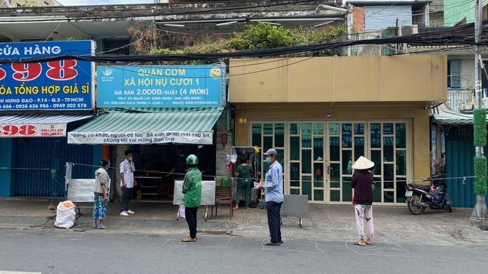 Đặc tả quán cơm Xã Hội Nụ Cười 1 trên đường Trần Hưng Đạo, quận 5 ngày đầu giãn cách - Ảnh 3.