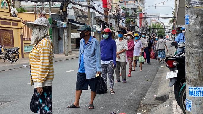 Đặc tả quán cơm Xã Hội Nụ Cười 1 trên đường Trần Hưng Đạo, quận 5 ngày đầu giãn cách - Ảnh 2.