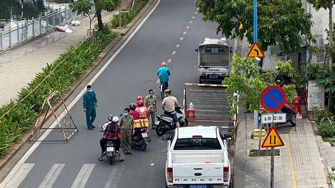 Đặc tả quán cơm Xã Hội Nụ Cười 1 trên đường Trần Hưng Đạo, quận 5 ngày đầu giãn cách - Ảnh 6.