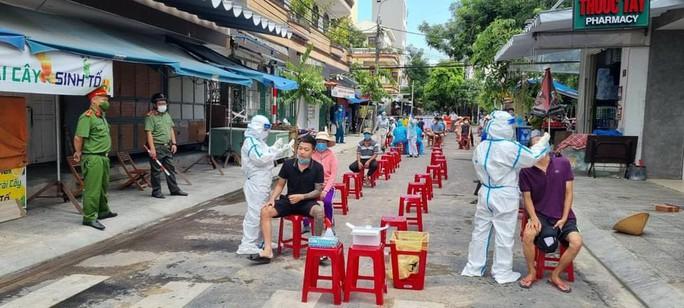Phó Chánh VP Đoàn ĐBQH và HĐND TP Đà Nẵng lên tiếng việc xô xát với nhân viên lấy mẫu xét nghiệm - Ảnh 1.