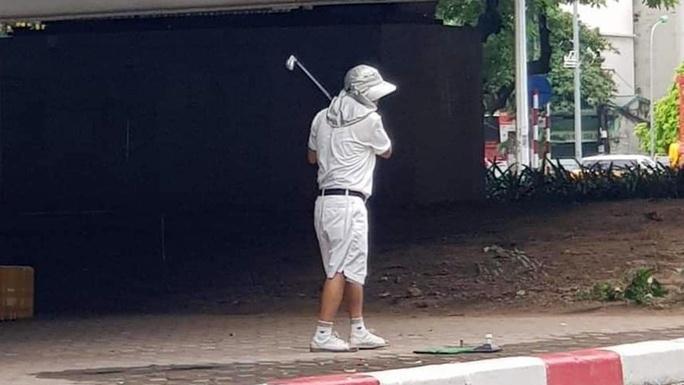 Tập golf ở chân cầu vượt, người đàn ông bị phạt 1 triệu đồng - Ảnh 1.