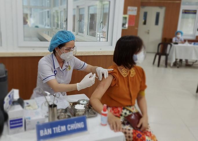 Chủ tịch UBND TP HCM: Ai ở đâu thì ở đó, đẩy nhanh tiêm vắc-xin Covid-19 - Ảnh 1.
