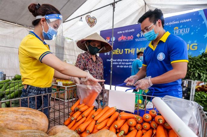 CLIP: Người dân mừng ra mặt khi mua được nhiều nhu yếu phẩm ở siêu thị 0 đồng - Ảnh 8.