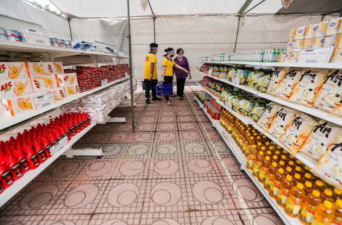 CLIP: Người dân mừng ra mặt khi mua được nhiều nhu yếu phẩm ở siêu thị 0 đồng - Ảnh 7.