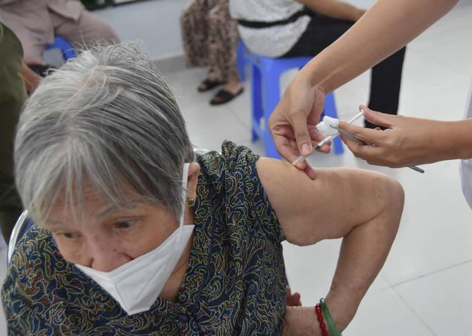Năm 2021, TP HCM có khoảng 13,8 triệu liều vắc-xin Covid-19, phủ 99% đối tượng - Ảnh 1.