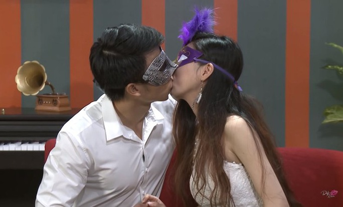 Nữ vũ công bị cha từ mặt vì chơi gameshow sặc mùi phòng the - Ảnh 1.