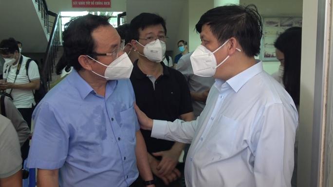 Bộ trưởng Bộ Y tế khảo sát bệnh viện tư nhân tách đôi điều trị Covid-19 - Ảnh 1.