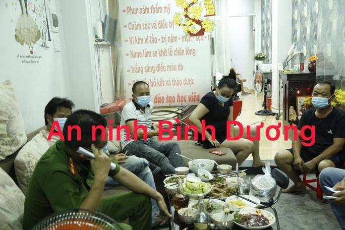 Bắt gã đàn ông sống cùng 2 cô gái trẻ trong căn hộ ở TP Thủ Dầu Một - Ảnh 2.