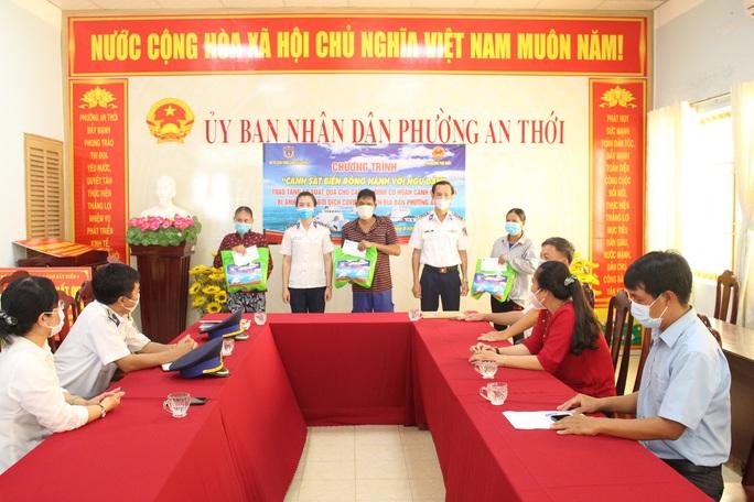 Cảnh sát biển và biên phòng ở Kiên Giang giúp dân nghèo ổn định cuộc sống - Ảnh 2.