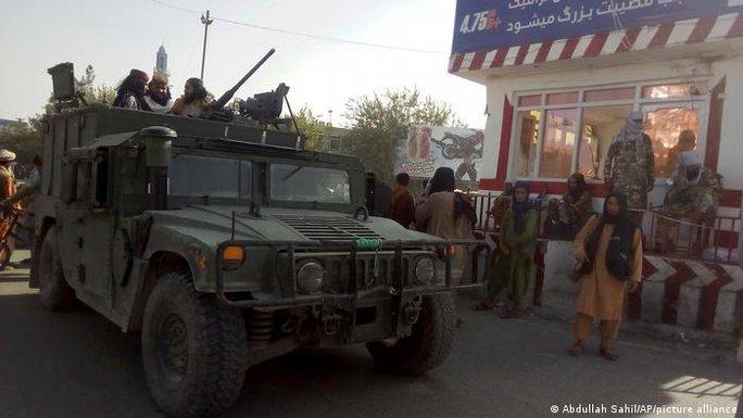 Taliban áp sát thủ đô Afghanistan, liên tục thả tội phạm - Ảnh 1.