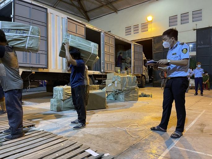Đột kích kho hàng 50 tấn nghi giả mạo nhãn hiệu do người đàn ông Trung Quốc làm chủ - Ảnh 2.