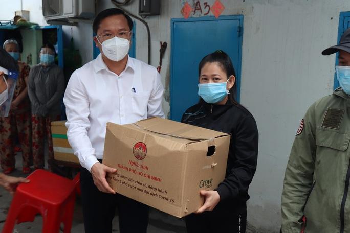 Chánh Văn phòng Thành ủy TP HCM thăm, tặng quà ở Bình Tân - Ảnh 2.