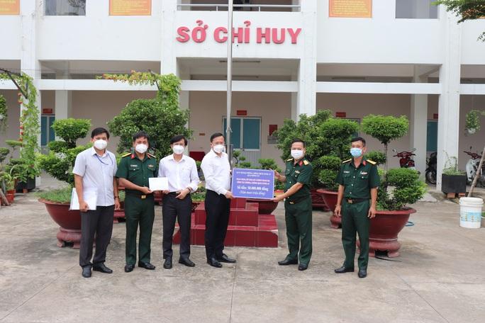 Chánh Văn phòng Thành ủy TP HCM thăm, tặng quà ở Bình Tân - Ảnh 1.