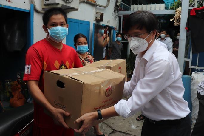Chánh Văn phòng Thành ủy TP HCM thăm, tặng quà ở Bình Tân - Ảnh 3.
