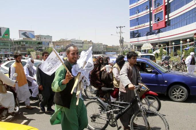 Taliban tiến vào Kabul, chính phủ Afghanistan đối mặt lựa chọn khó khăn - Ảnh 2.