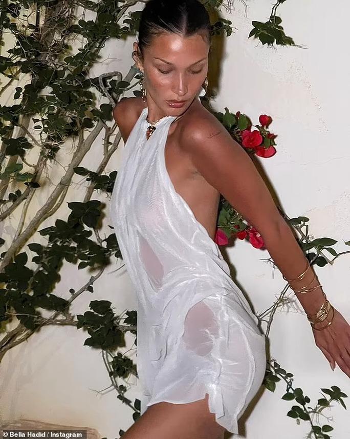 Siêu mẫu Bella Hadid quyến rũ trong đầm trắng xuyên thấu - Ảnh 1.