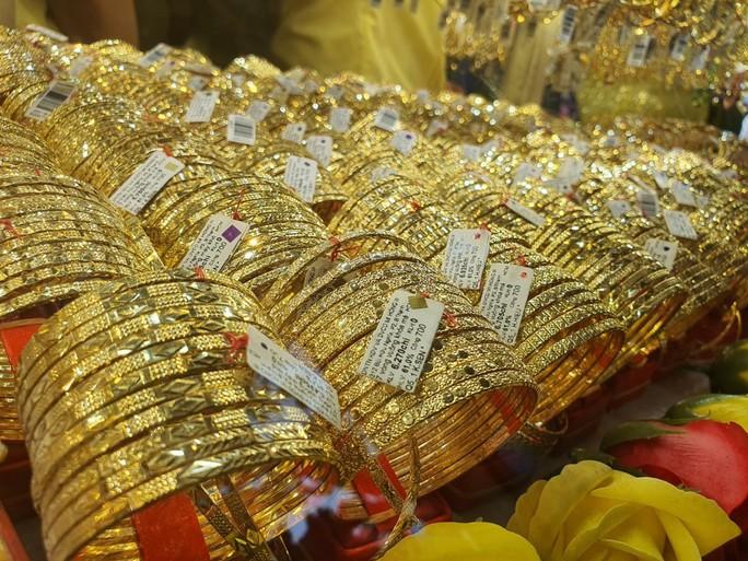 Giá vàng hôm nay 16-8: Giá vàng SJC lại bỏ xa giá thế giới - Ảnh 1.