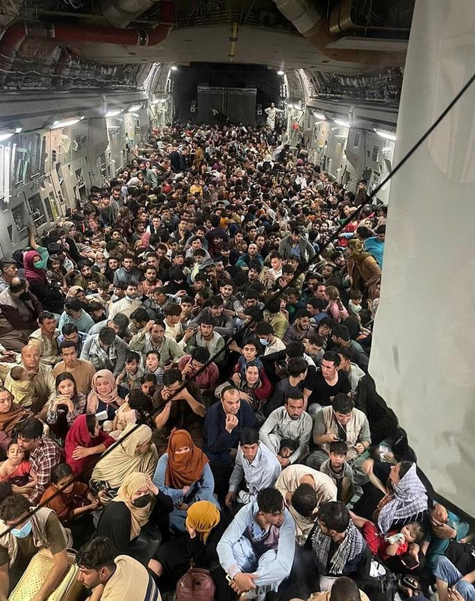 Tấm ảnh hơn vạn lời nói: Hơn 600 người Afghanistan nhồi nhét trong máy bay Mỹ - Ảnh 2.