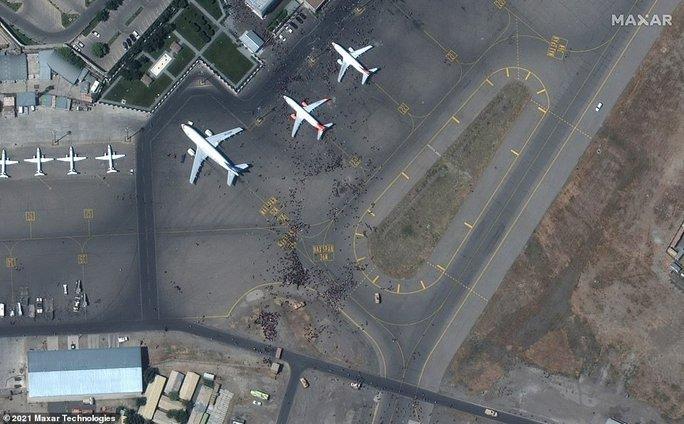 Tấm ảnh hơn vạn lời nói: Hơn 600 người Afghanistan nhồi nhét trong máy bay Mỹ - Ảnh 3.