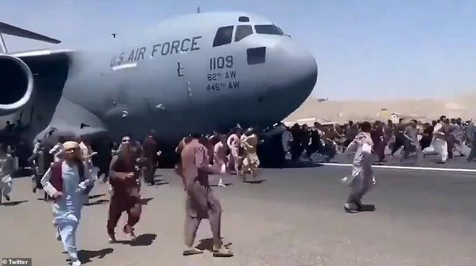 Tấm ảnh hơn vạn lời nói: Hơn 600 người Afghanistan nhồi nhét trong máy bay Mỹ - Ảnh 5.