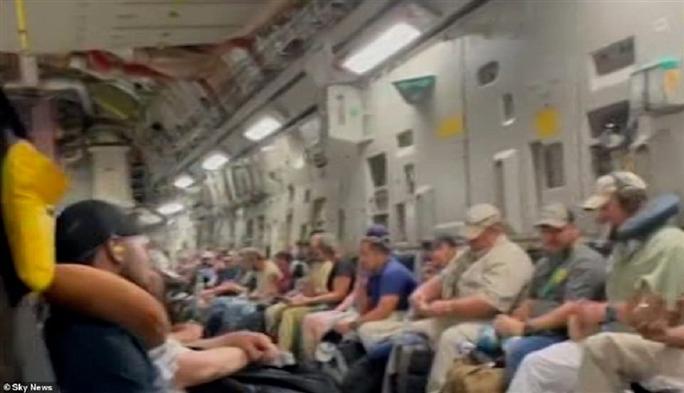 Tấm ảnh hơn vạn lời nói: Hơn 600 người Afghanistan nhồi nhét trong máy bay Mỹ - Ảnh 6.