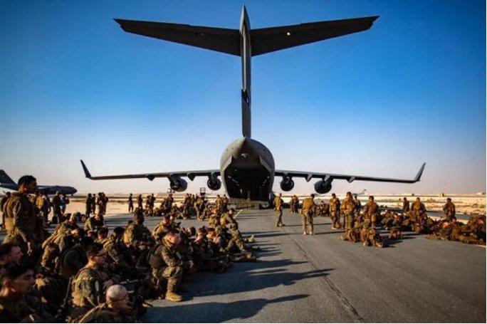 Mỹ công bố những bức ảnh đầu tiên về cuộc sơ tán khỏi Afghanistan - Ảnh 1.
