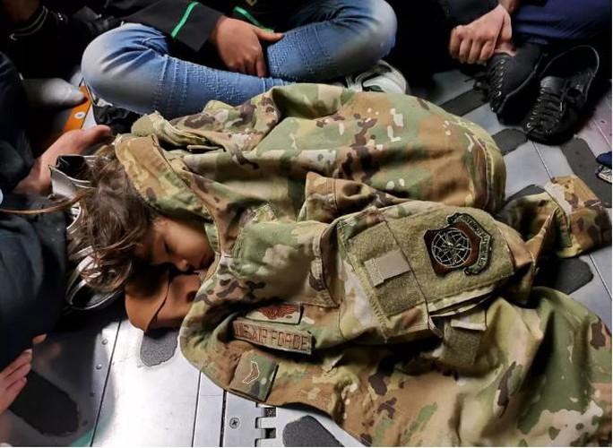 Mỹ công bố những bức ảnh đầu tiên về cuộc sơ tán khỏi Afghanistan - Ảnh 5.