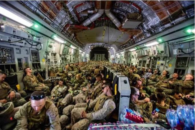 Mỹ công bố những bức ảnh đầu tiên về cuộc sơ tán khỏi Afghanistan - Ảnh 2.