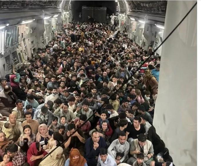 Mỹ công bố những bức ảnh đầu tiên về cuộc sơ tán khỏi Afghanistan - Ảnh 7.