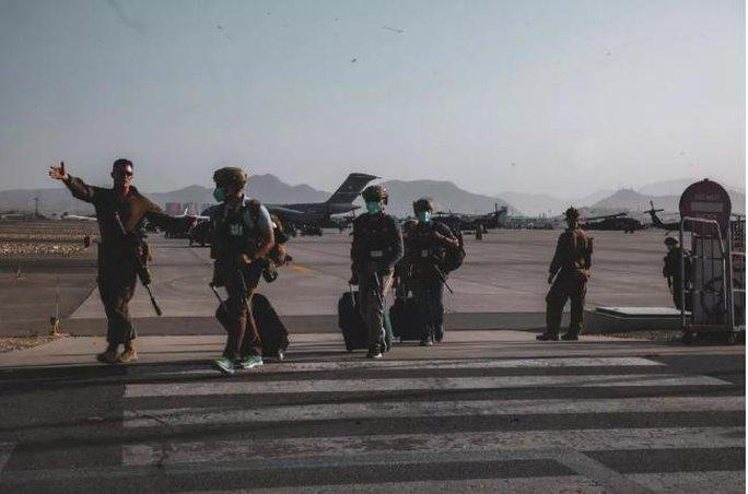 Mỹ công bố những bức ảnh đầu tiên về cuộc sơ tán khỏi Afghanistan - Ảnh 4.