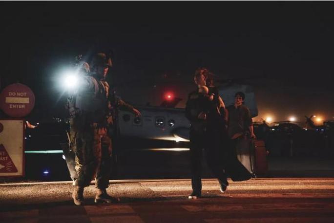 Mỹ công bố những bức ảnh đầu tiên về cuộc sơ tán khỏi Afghanistan - Ảnh 3.