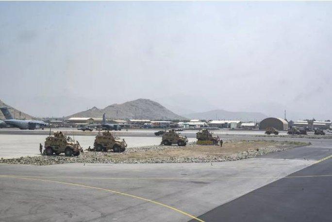 Mỹ công bố những bức ảnh đầu tiên về cuộc sơ tán khỏi Afghanistan - Ảnh 6.