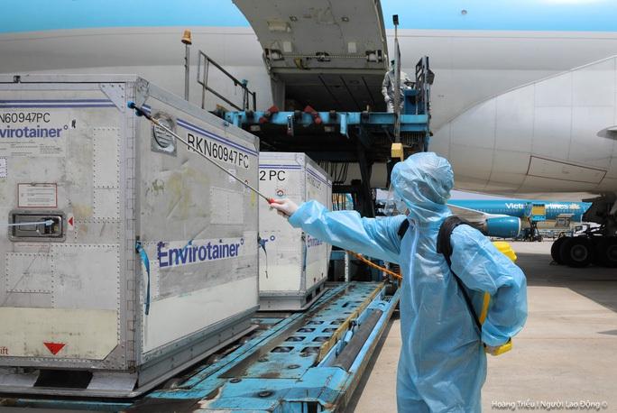 Thêm hơn 1,2 triệu liều vắc-xin Covid-19 của AstraZeneca về đến Việt Nam - Ảnh 1.