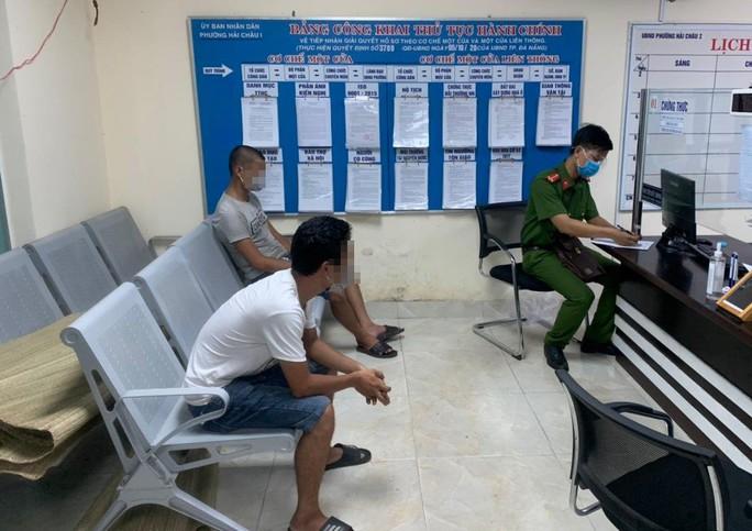 Đà Nẵng: Hai thanh niên vượt chốt kiểm dịch để mua rượu, bị đề xuất phạt 15 triệu đồng - Ảnh 1.