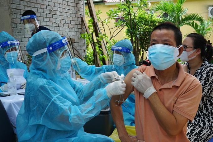 TP HCM: Tiêm vắc-xin Covid-19 cho người dân trong khu phong tỏa - Ảnh 3.