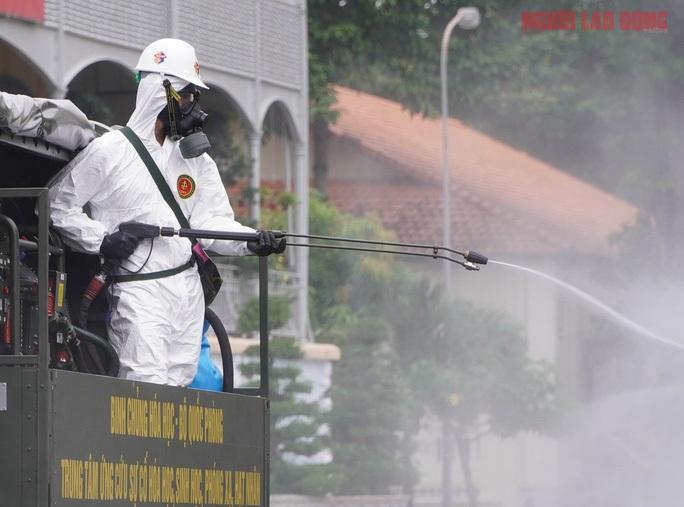 Bộ Y tế yêu cầu không phun hóa chất khử khuẩn ngoài trời, phun hoá chất vào người - Ảnh 2.