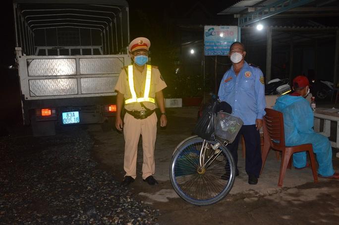 Người đàn ông đạp xe, 2 công nhân đi bộ từ TP HCM về Sóc Trăng - Ảnh 1.