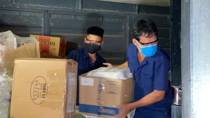 CLIP: Cận cảnh 10 tấn thiết bị y tế đến TP HCM trong đêm để chống dịch Covid-19 - Ảnh 6.