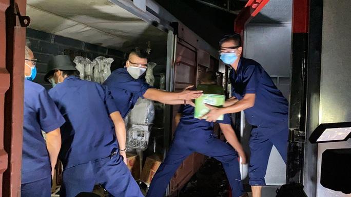 CLIP: Cận cảnh 10 tấn thiết bị y tế đến TP HCM trong đêm để chống dịch Covid-19 - Ảnh 7.