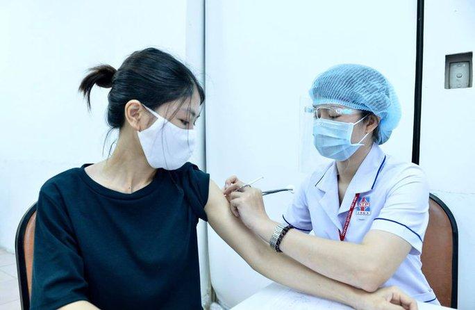 UBND TP HCM đề nghị Bộ Y tế cấp vắc-xin phòng Covid-19 liên tục cho TP - Ảnh 1.
