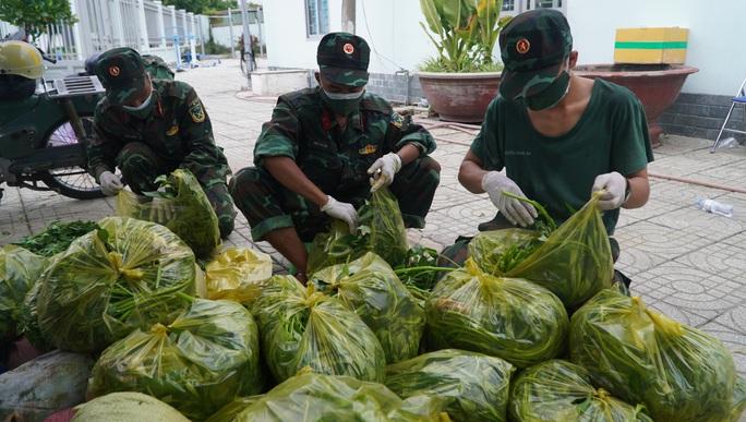Bộ đội đưa thực phẩm đến tận tay người dân - Ảnh 1.