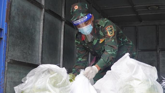 Bộ đội đưa thực phẩm đến tận tay người dân - Ảnh 4.