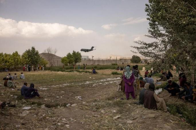 Máy bay quân sự Mỹ hạ cánh xuống sân bay quốc tế Hamid Karzai ở thủ đô Kabul. Ảnh: New York Times