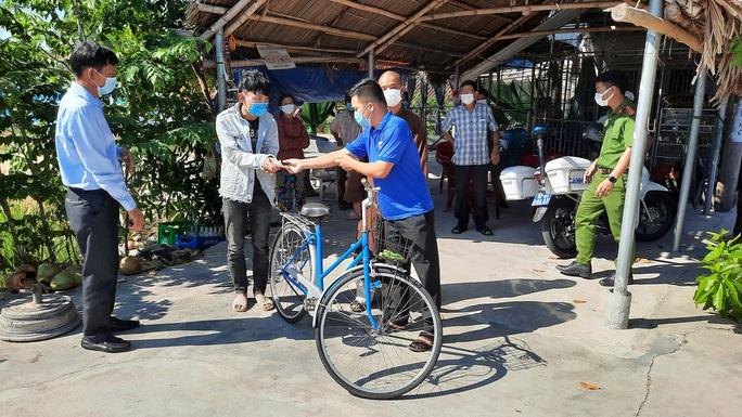 Đi bộ từ Quảng Ngãi về quê, chàng trai Thanh Hóa được bà con Quảng Nam tặng tiền, xe máy - Ảnh 1.