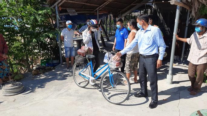 Đi bộ từ Quảng Ngãi về quê, chàng trai Thanh Hóa được bà con Quảng Nam tặng tiền, xe máy - Ảnh 2.